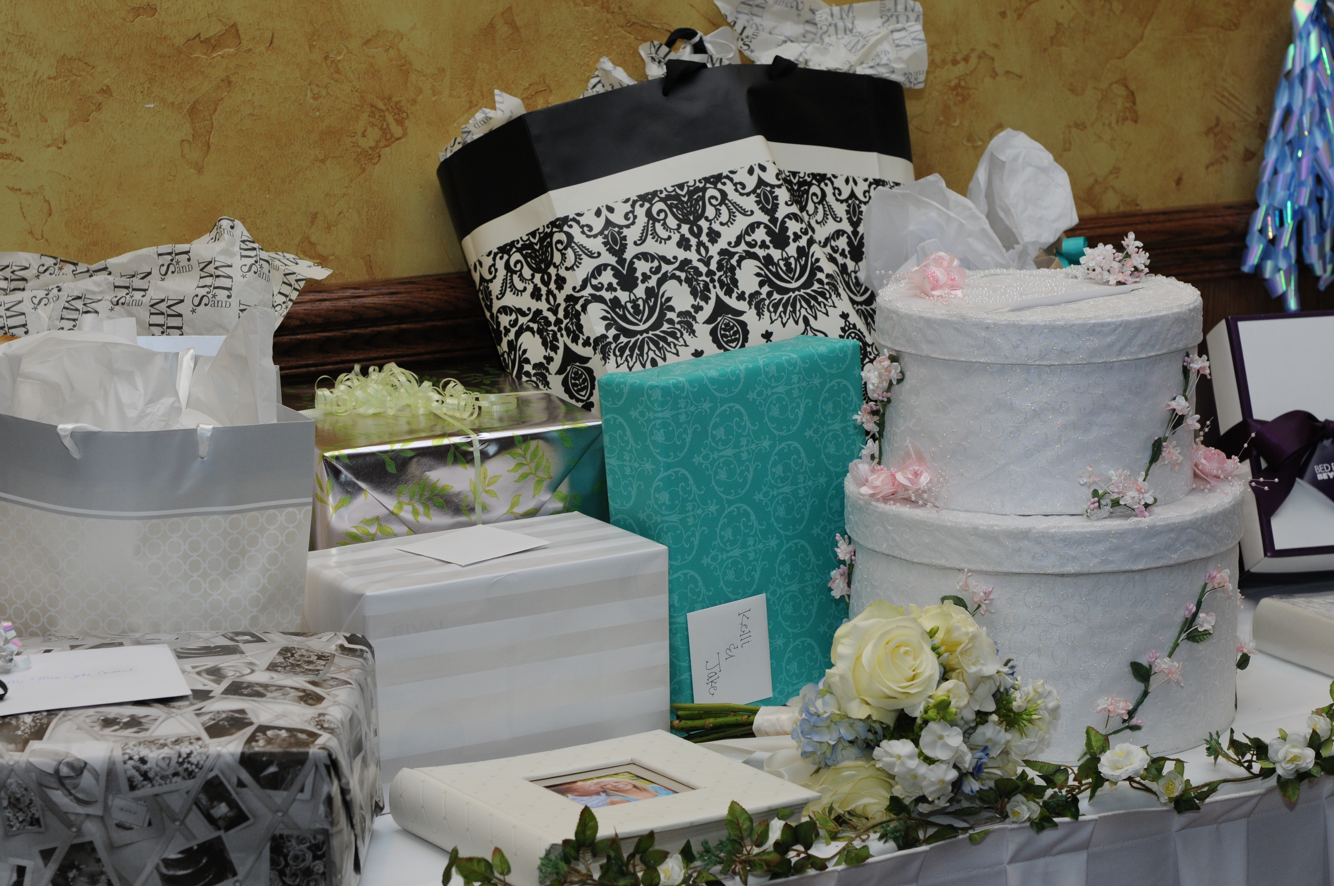 Wedding Gift Table Ideas wedding card box idea : a wedding cake ...